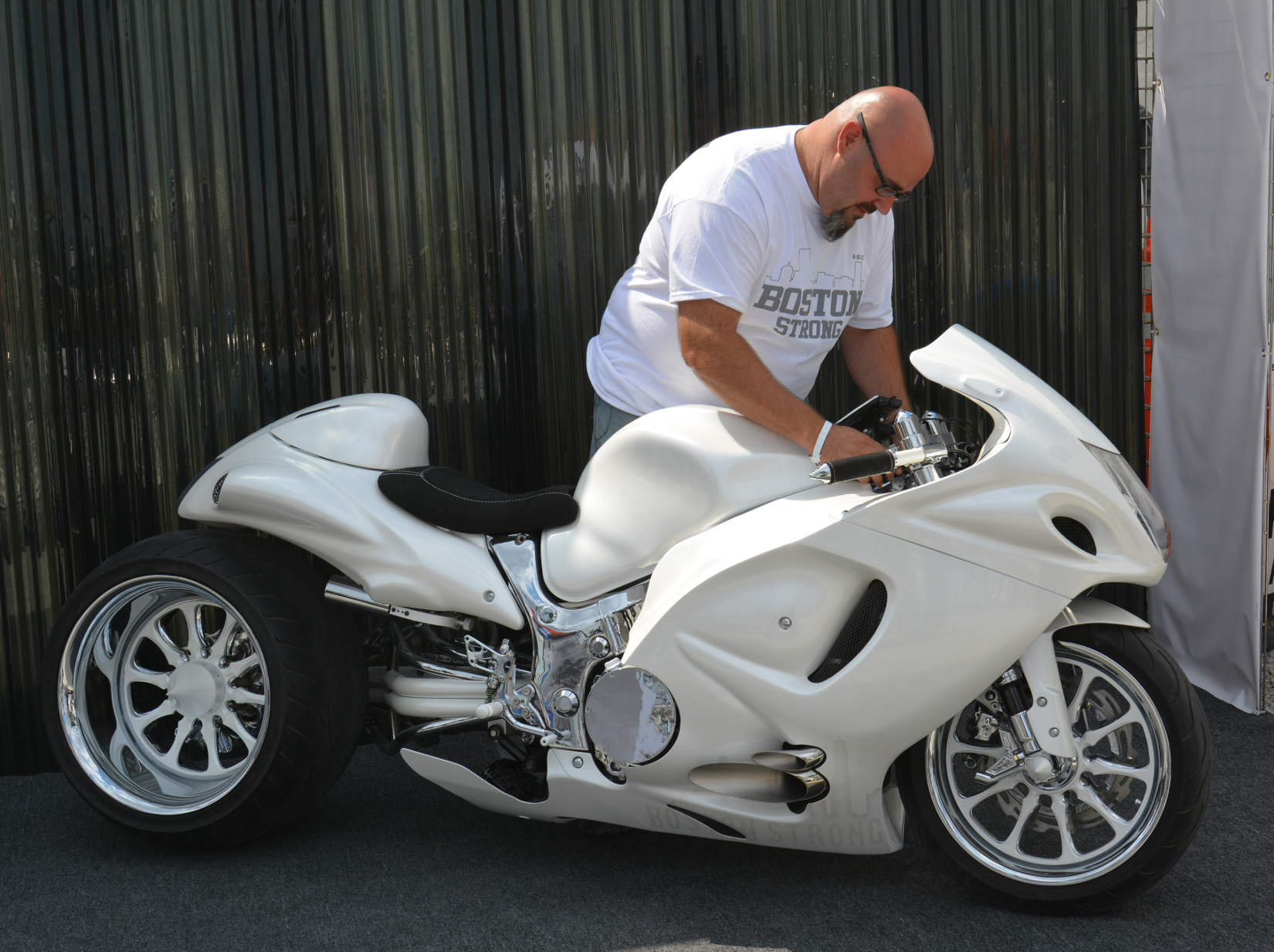"The Hayabusa customizing winner, ""White Out"""