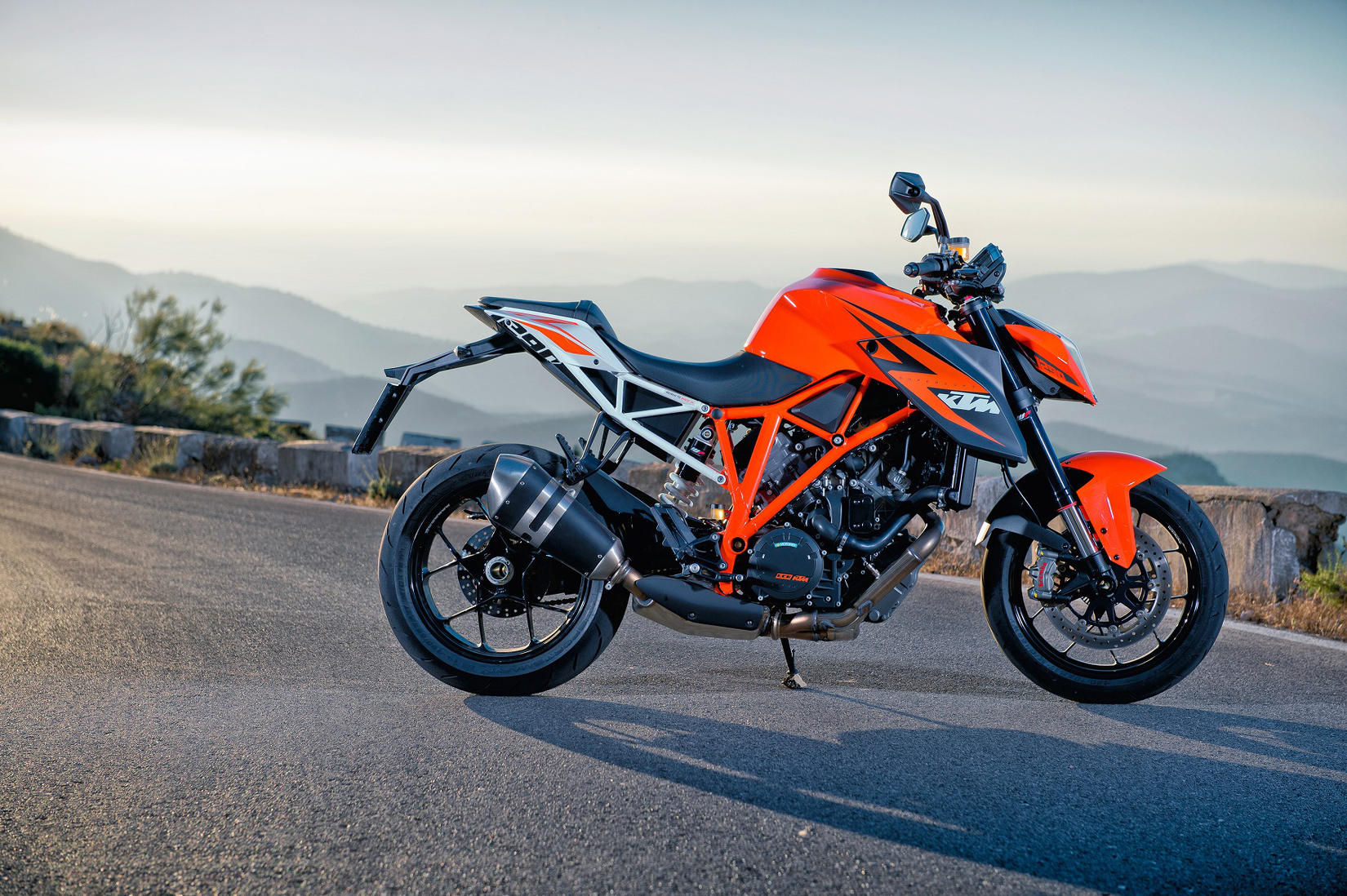 2014 ktm 1290 superduke r md first ride motorcycledaily. Black Bedroom Furniture Sets. Home Design Ideas