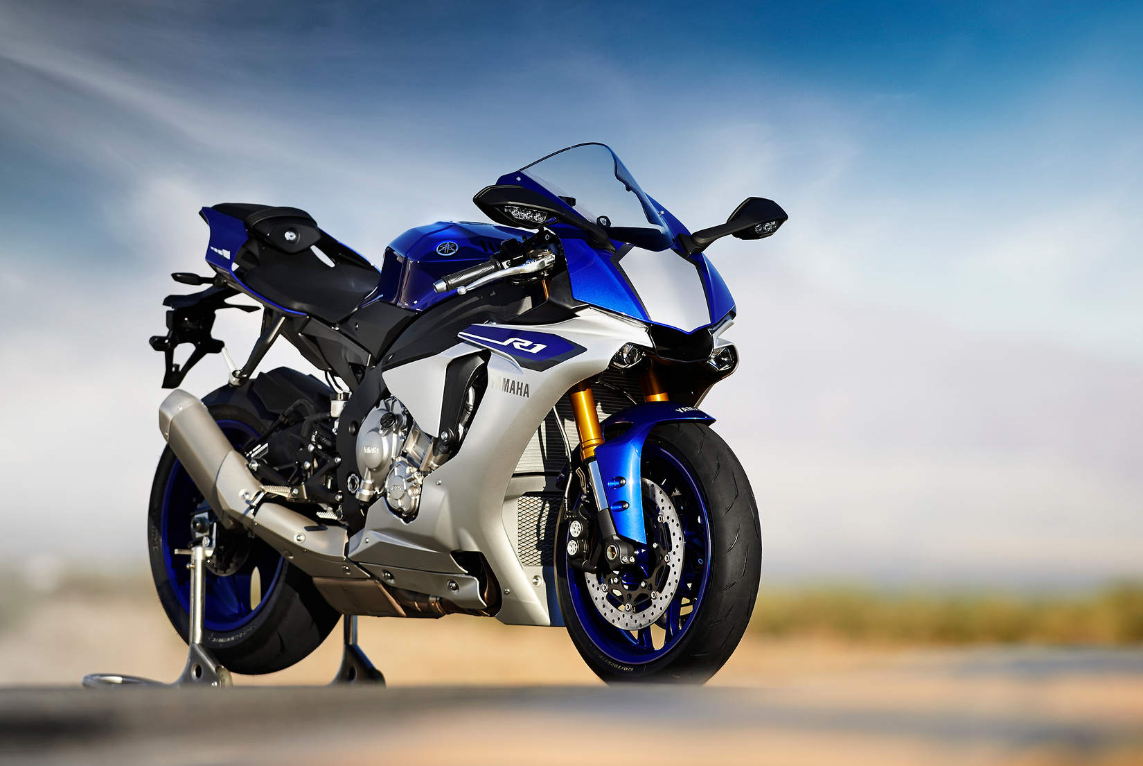 meet the 2015 yamaha yzf r1 and r1m serious as a heart attack. Black Bedroom Furniture Sets. Home Design Ideas