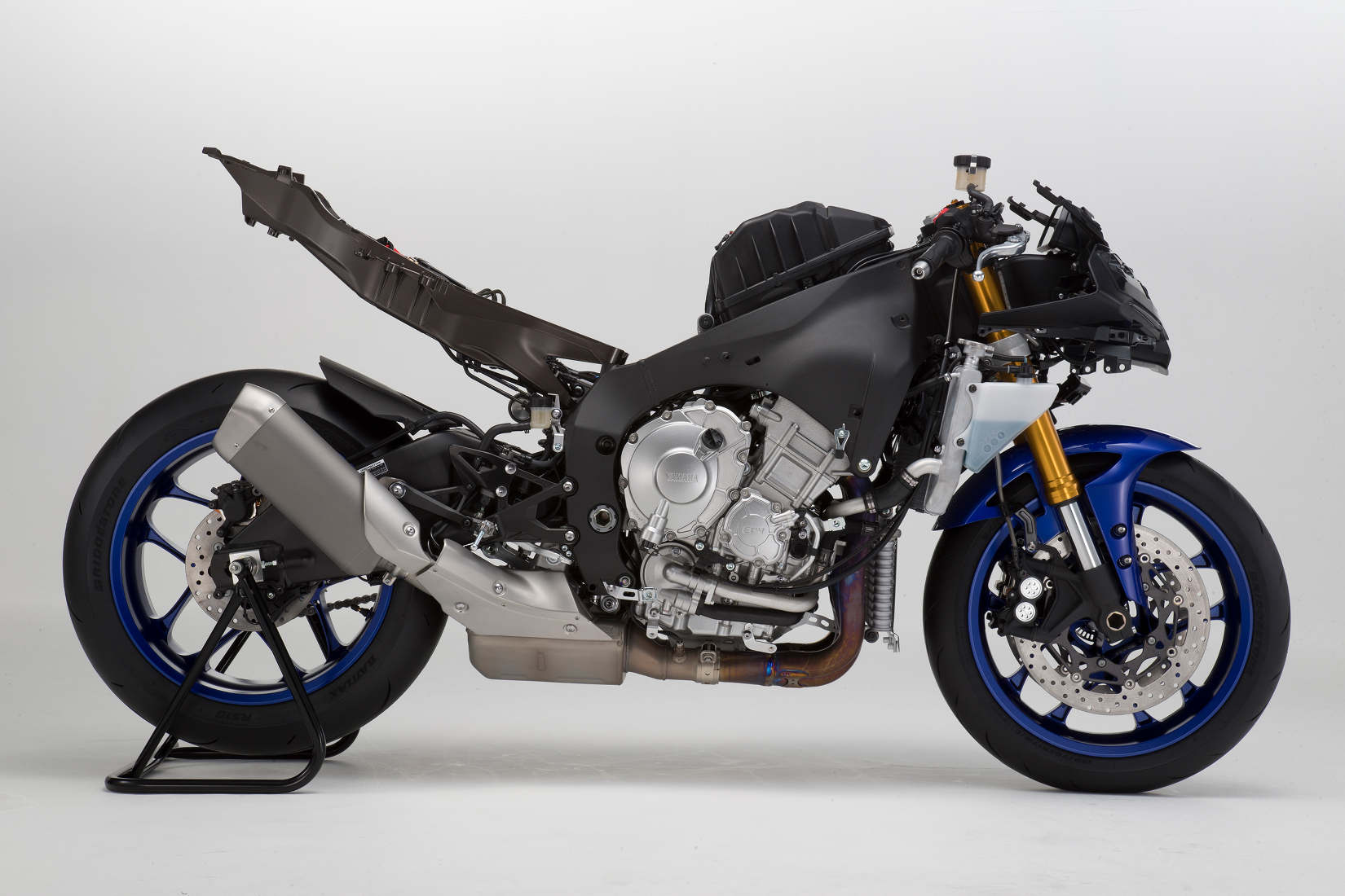 meet the 2015 yamaha yzf r1 and r1m serious as a heart. Black Bedroom Furniture Sets. Home Design Ideas