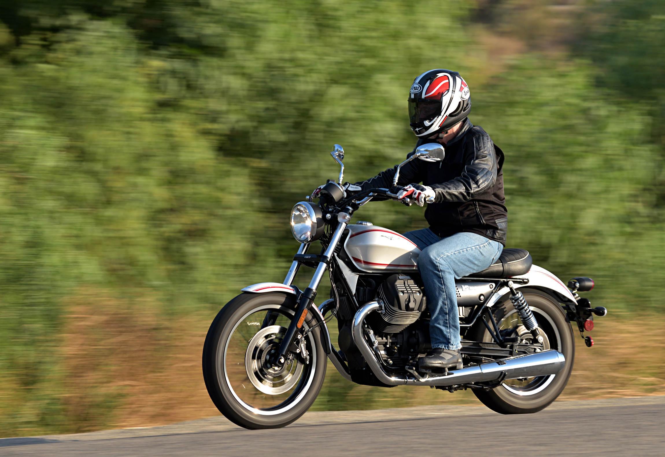 2017 moto guzzi v9 roamer md ride review motorcycle news editorials. Black Bedroom Furniture Sets. Home Design Ideas
