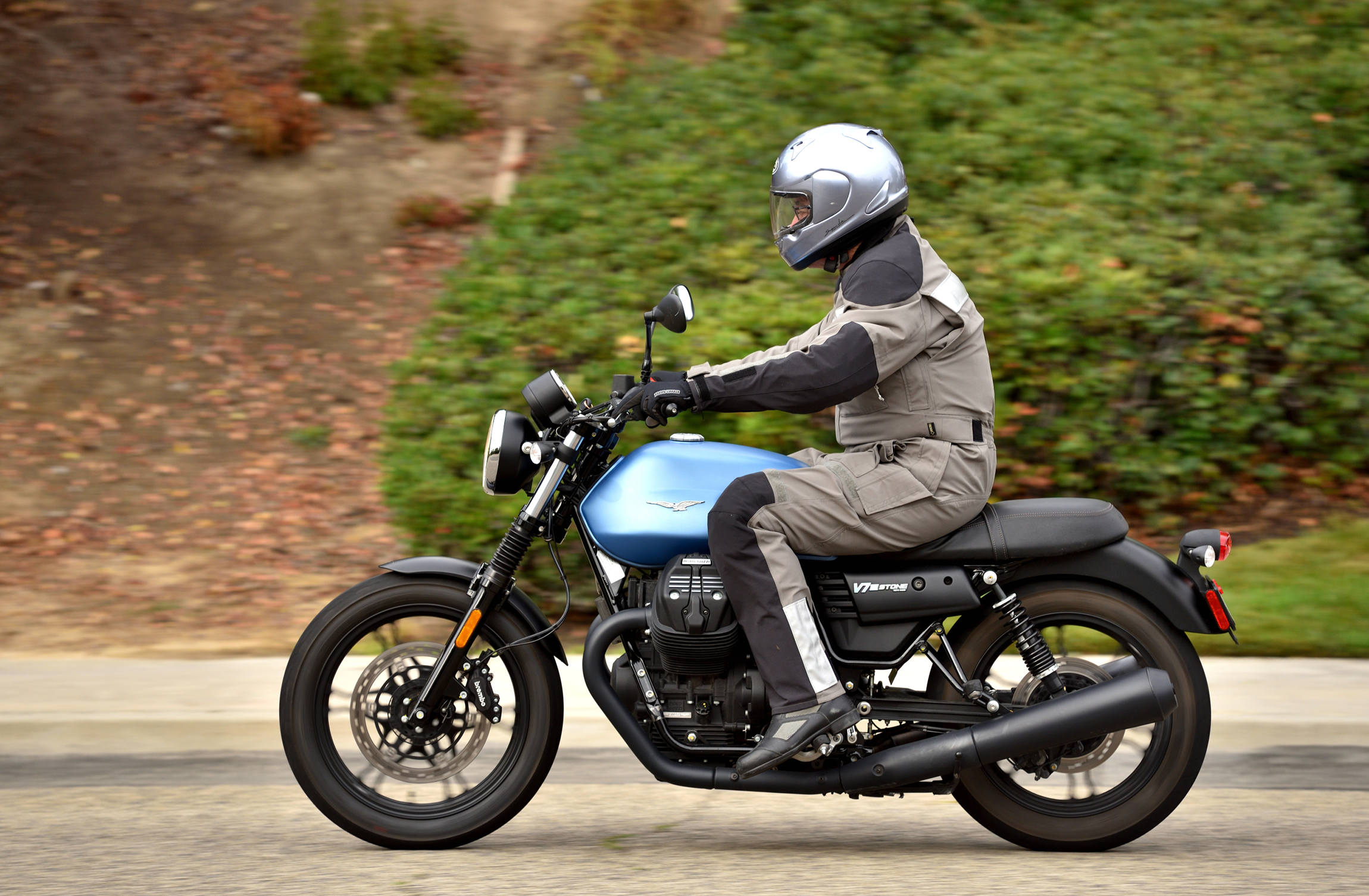 2017 moto guzzi v7 iii stone md ride review motorcycle news editorials. Black Bedroom Furniture Sets. Home Design Ideas